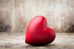 Drewniany serce kształtujący Kartka z pozdrowieniami Valentine& x27; s dnia powitanie Zdjęcia Royalty Free
