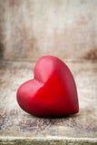 Drewniany serce kształtujący Kartka z pozdrowieniami Valentine& x27; s dnia powitanie Fotografia Stock