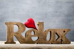 Drewniany serce kształtujący Kartka z pozdrowieniami Walentynka dnia powitanie Zdjęcia Royalty Free