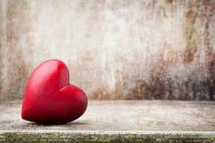 Drewniany serce kształtujący Kartka z pozdrowieniami Walentynka dnia powitanie Obrazy Royalty Free