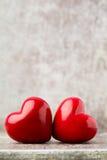 Drewniany serce kształtujący Kartka z pozdrowieniami Walentynka dnia powitanie Obraz Stock