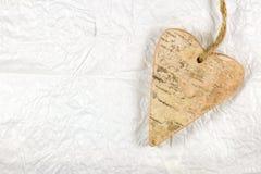 Drewniany serce na biały handmade miie papier pocałunek miłości człowieka koncepcja kobieta Zdjęcia Stock