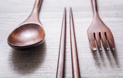 Drewniany set Chopsticks, rozwidlenia I noża Łgarska paralela Each Inny, Wysokiego kąta widok obrazy stock