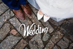 Drewniany signboard z wpisową białą farbą svadby noga nowożeńcy zdjęcie stock