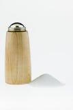 Drewniany solankowy potrząsacz z sól stosem na białym tle. Zdjęcia Royalty Free