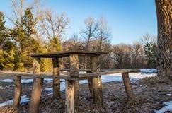 Drewniany stół dla plenerowego odtwarzania na brzeg rzekim w wiośnie w Marzec, czekać na gości obrazy royalty free