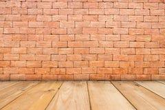 Drewniany stół brąz na frontowym czerwonej cegły tle dla teraźniejszości, zdjęcia stock