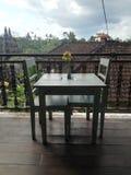 Drewniany stół i dwa krzesła z ładnym widokiem fotografia stock