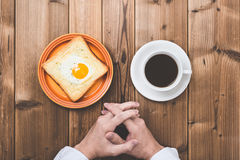 Drewniany stół, kawa i ręki Zdjęcie Royalty Free