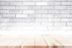 Drewniany stół na bielu ściennym i śnieżnym Bożenarodzeniowym zimy tle Fotografia Royalty Free