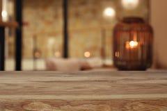 drewniany stół przed abstrakcjonistycznym żywym izbowym tłem obrazy stock