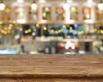 Drewniany stół przed abstraktem zamazywał kuchennego ławki tło Zdjęcie Royalty Free