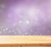Drewniany stół przed błyskotliwością zaświeca tło Fotografia Stock