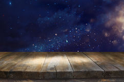 Drewniany stół przed błyskotliwością zaświeca tło Fotografia Royalty Free
