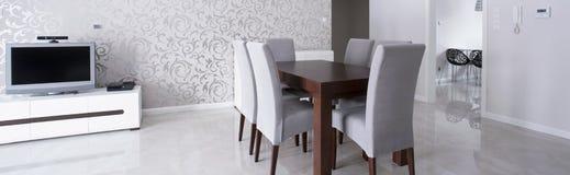 Drewniany stół w eleganckim wnętrzu Fotografia Stock