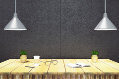 Drewniany stół z dzienniczkiem, eyeglasses i papierową filiżanką, czerni ściana Obraz Royalty Free