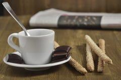 Drewniany stół z filiżanki kawy i czekolady kawałkami z kijami Zdjęcie Royalty Free