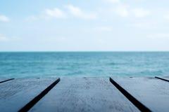 Drewniany stół z morza i nieba tłem zdjęcia stock
