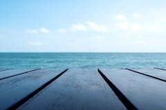 Drewniany stół z niebieskim niebem i morzem obrazy royalty free