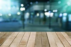 Drewniany stół z prętowego piwa zamazanym tłem Zdjęcie Royalty Free
