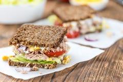 Drewniany stół z tuńczyk kanapką & x28; na wholemeal chlebie; selekcyjny f Obrazy Stock