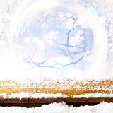 drewniany stół zakrywający z śniegiem przed błyskotliwością zaświeca Zdjęcie Royalty Free