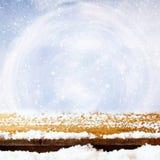 drewniany stół zakrywający z śniegiem przed błyskotliwością zaświeca Obrazy Royalty Free