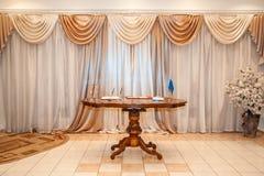 Drewniany stół w pokoju obraz royalty free
