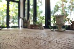 Drewniany stół z flowerpots w tle Zdjęcie Stock
