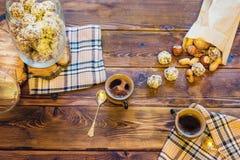 Drewniany stół z kawa setem, cukierkami i Zdjęcie Stock