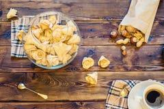 Drewniany stół z kawa setem, cukierkami i Obrazy Stock