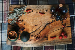 Drewniany stół z wysuszonymi ziele i butelkami, odgórny widok w studiu w studiu, Zdjęcie Stock