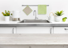 Drewniany stół na kuchennego zlew wnętrza tle Zdjęcia Stock