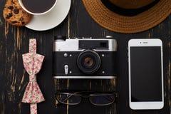 Drewniany stół z kapeluszem, staromodna kamera, eyeglasses, kwieciści Fotografia Stock