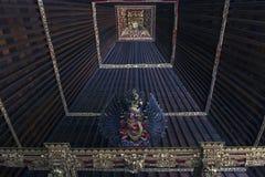 Drewniany starej świątyni dach z wśrodku spirytusowej statuy zdjęcia royalty free