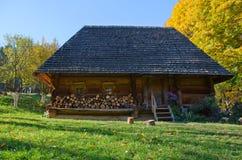 Drewniany stary dom w Hutsulia Zdjęcie Stock
