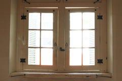 Drewniany stary okno penetrujący słońca światłem obraz stock