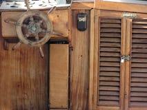 Drewniany statku pokład z steru i nawigaci instrumentami Szczególny widok retro kierownica stary żeglowania naczynie Fotografia Royalty Free