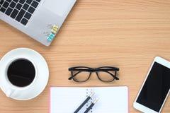Drewniany stołowy działanie kawowego kubek i laptop blisko okrzyki niezadowolenia obraz stock