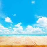 Drewniany stołowy wierzchołek na błękitnym morza & nieba tle Zdjęcia Royalty Free