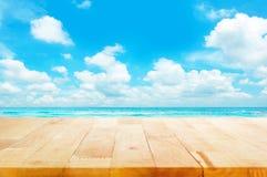 Drewniany stołowy wierzchołek na błękitnym morza & nieba tle Obraz Stock