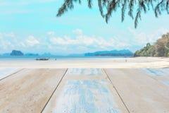 Drewniany stołowy wierzchołek na blured niebie i morzu Obraz Royalty Free