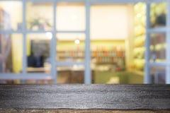 Drewniany stołowy wierzchołek na kawowej kawiarni Fotografia Stock