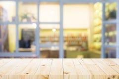 Drewniany stołowy wierzchołek na kawowej kawiarni Fotografia Royalty Free