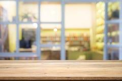 Drewniany stołowy wierzchołek na kawowej kawiarni Obraz Stock
