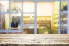 Drewniany stołowy wierzchołek na kawowej kawiarni Obrazy Stock