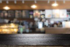 Drewniany stołowy wierzchołek na kawowym kawiarnia kontuaru baru tle Fotografia Stock