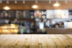 Drewniany stołowy wierzchołek na kawowym kawiarnia kontuaru baru tle Zdjęcie Stock