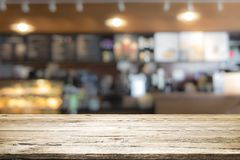 Drewniany stołowy wierzchołek na kawowym kawiarnia kontuaru baru tle Obrazy Stock