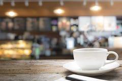 Drewniany stołowy wierzchołek na kawowym kawiarnia kontuaru baru tle Fotografia Royalty Free